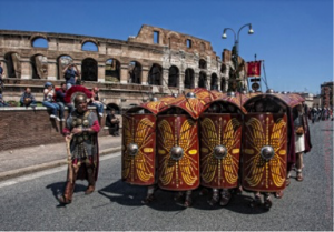 New legionaries in front of the Colosseum (photo by Vincenzo Ricciarello, Gruppo Storico Romano)